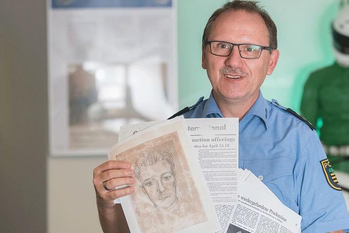 Hauptkommissar Wolfgang Schütze (54) von der Polizeihistorischen Sammlung  stöbert noch heute in den Akten zu dem spektakulären Fall.