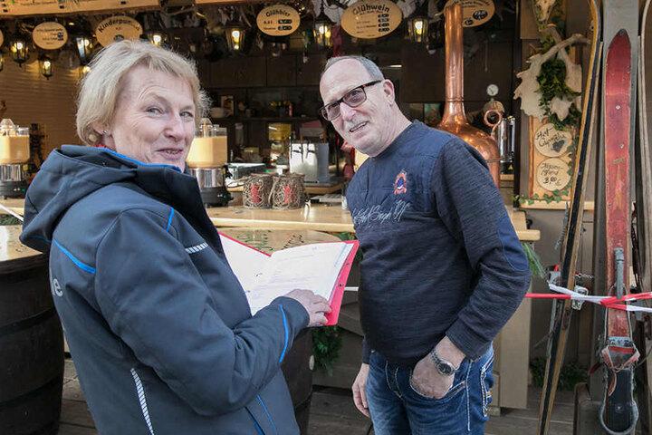 """Kontrolle bestanden! Marktamts-Chefin Sigrid Förster (61) gibt gerade das  Okay bei Walter August (62) an der """"Jagerhütt'n"""". Jetzt darf der Glühwein  fließen!"""