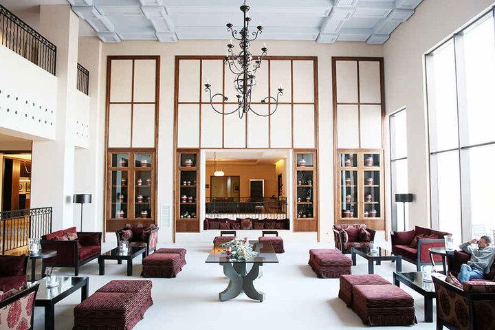 Modern und hell präsentiert sich die Lobby des Hotels.