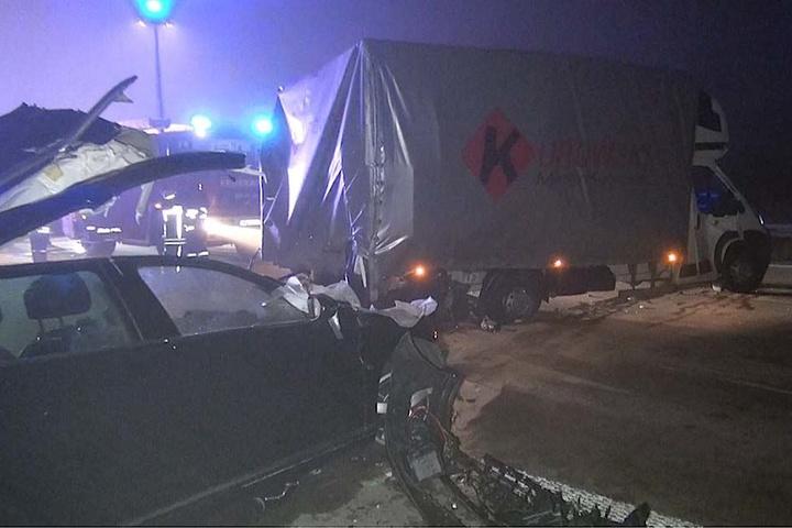 Auch der Kleintransporter wurde bei dem Unfall stark beschädigt.