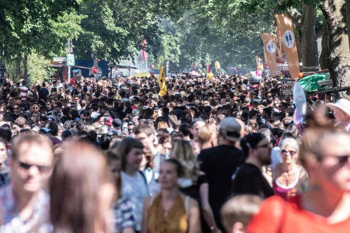Mit einem Straßenfest beginnt der internationale Karneval der Kulturen in Berlin.