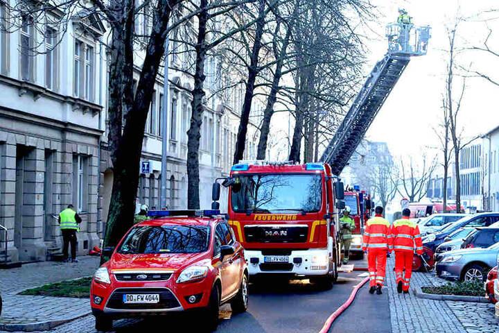 Auch ein Feuerwehrauto mit Drehleiter kam zum Einsatz.