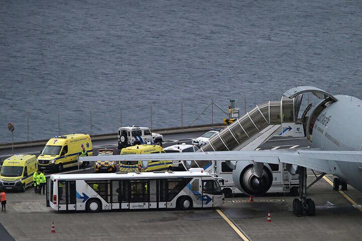 Krankenwagen bringen deutsche Verletzte am Samstag auf dem internationalen Flughafen Funchal, der Hauptstadt der portugiesischen Insel Madeira, zu dem Airbus der deutschen Luftwaffe.