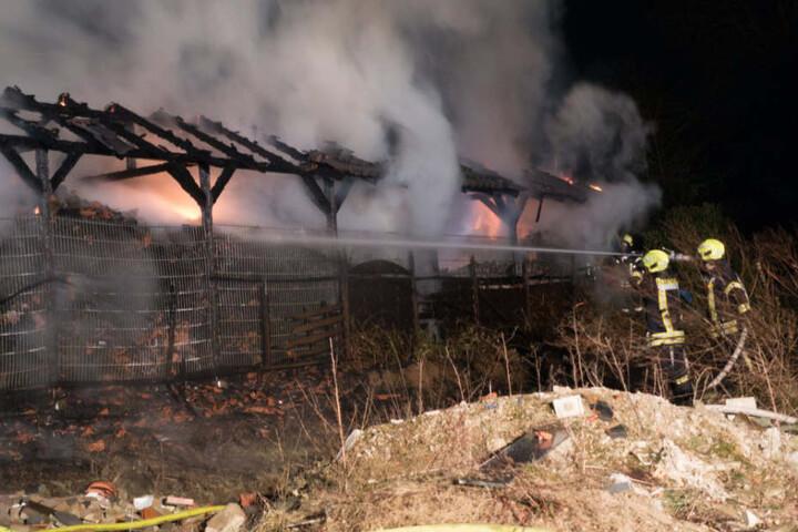 Die Feuerwehr kämpfte gegen die Flammen und die enorme Hitze.