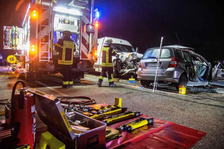 Die Einsatzkräfte an der Unfallstelle in Großbettlingen.