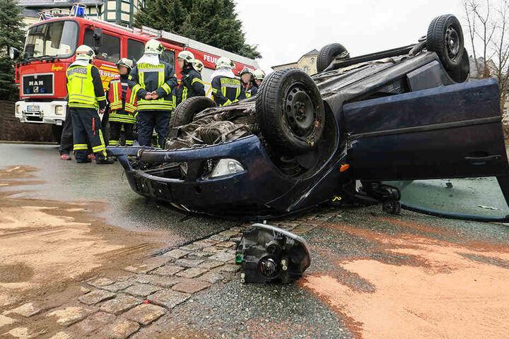Der Ford war nach dem Unfall auf dem Dach liegen geblieben.