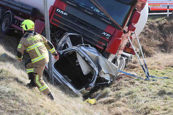 Horror-Crash: LKW begräbt Auto unter sich
