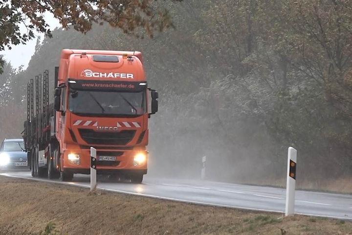 Auf den Sand folgte Starkregen. Auch für Samstag sind in Teilen des Bundeslandes wieder Starkböen gemeldet.