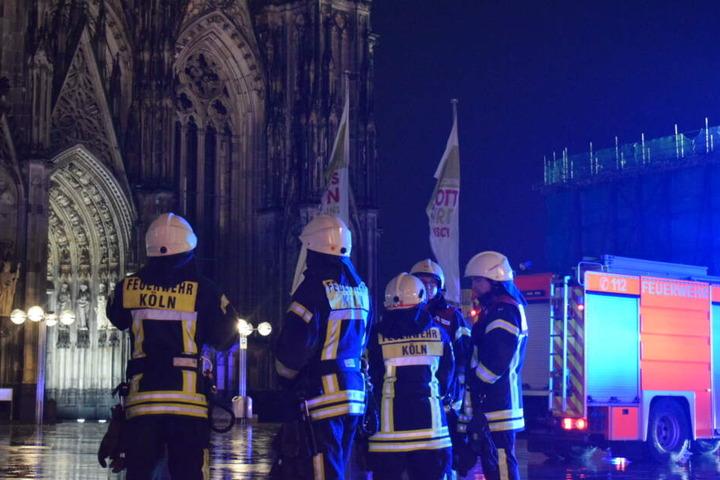 Die Feuerwehr war mit 165 Kräften zum Kölner Dom geeilt.