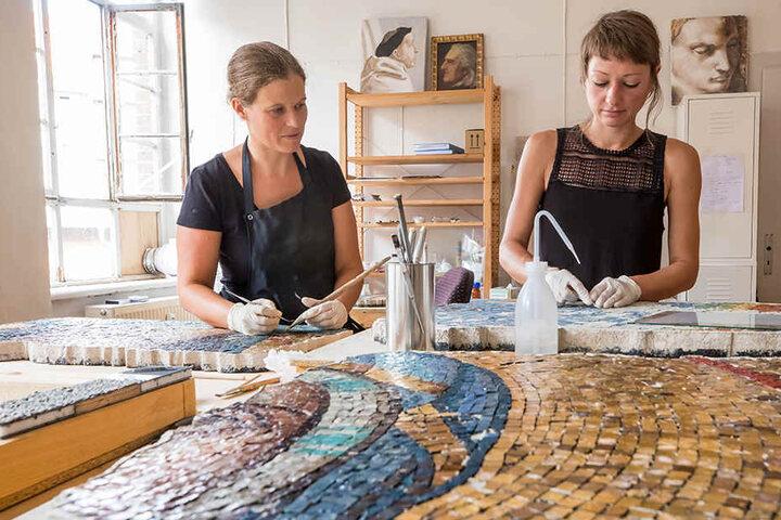 Janka Acht (l.) und Simone Schmiedkunz restaurieren das Marienmosaik.