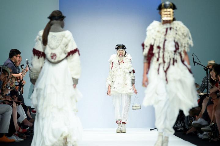 Models präsentieren Kreationen der Designerin Miriam Prat Gutierrez bei der Fashion Week. Am Sonntag werden Designerstücke dann auch günstiger verkauft.
