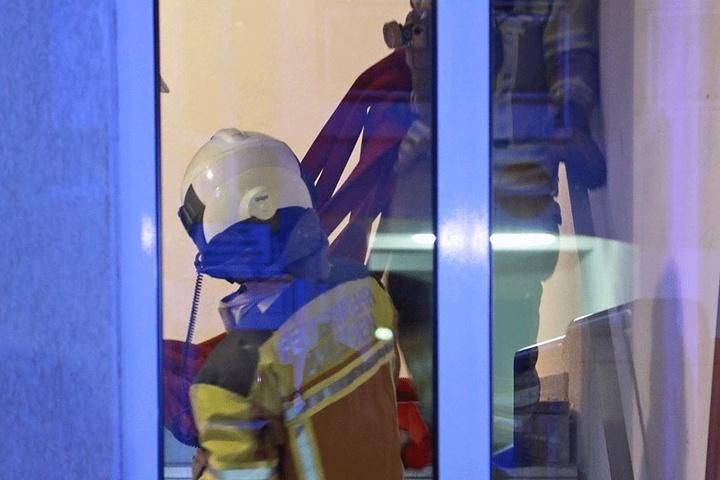 Feuerwehrmänner im Treppenhaus.