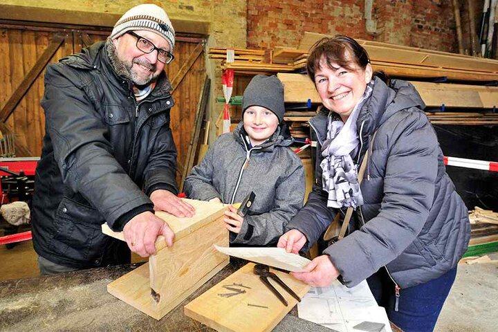 Bastelspaß mit den Enkeln: Thorsten (55) und Ute Schmidt (52) zimmerten mit Derek (10) in der Naturschutzstation einen Nistkasten.