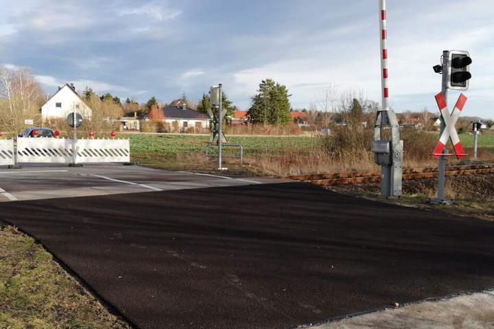 Bis zum Donnerstagmorgen soll der Beton ausgehärtet sein. Ab 6 Uhr ist der Bahnübergang dann wieder befahrbar.