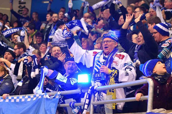 Die Eislöwen-Fans feiern den Derbysieg.
