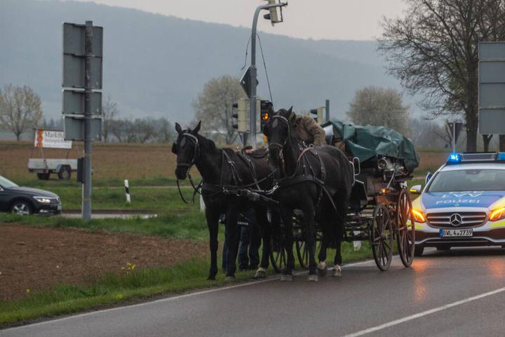 Die Kutsche wurde von der Polizei von der Bundesstraße geleitet.