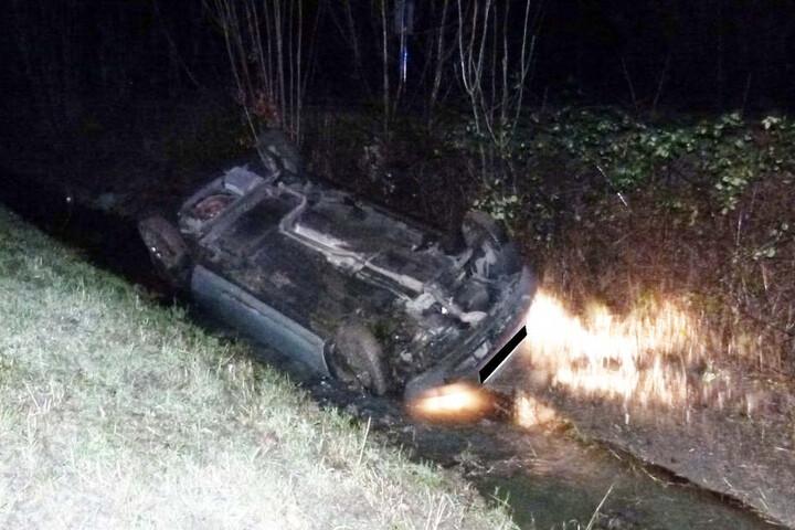 Ebenfalls in Porta Westfalica landete ein Mann mit seinem Auto in einem Graben. Er konnte durch die Heckscheibe den Wagen verlassen.