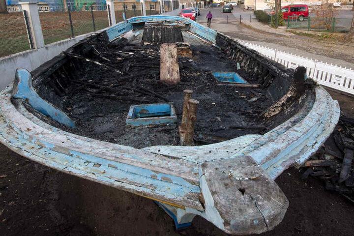 Nach Angaben der Stadt wurde die Steuerkabine des Bootes vollständig zerstört und der Rumpf stark beschädigt. Vier Feuerwehrmänner und ein Löschfahrzeug seien im Einsatz gewesen.