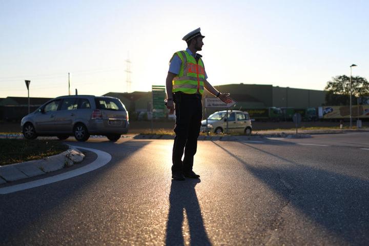Ein Polizist bei einer Kontrolle. (Symbolbild)