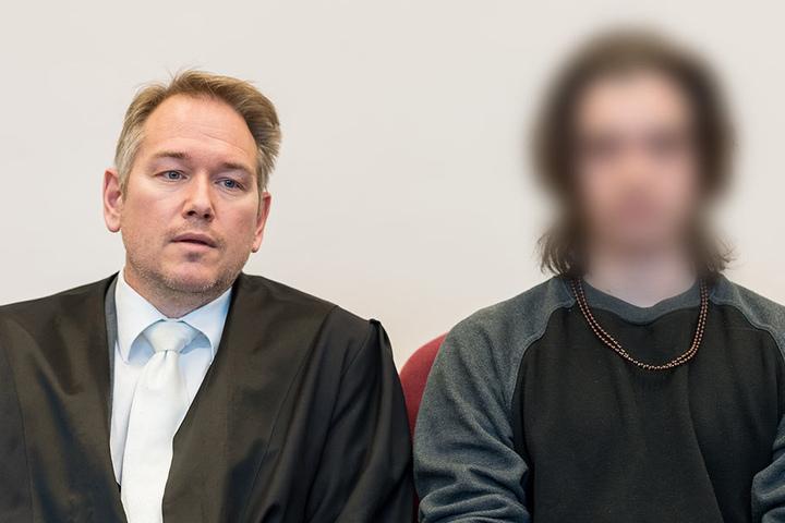Der Angeklagte sitzt in Detmold neben seinem Anwalt Carsten Ernst.