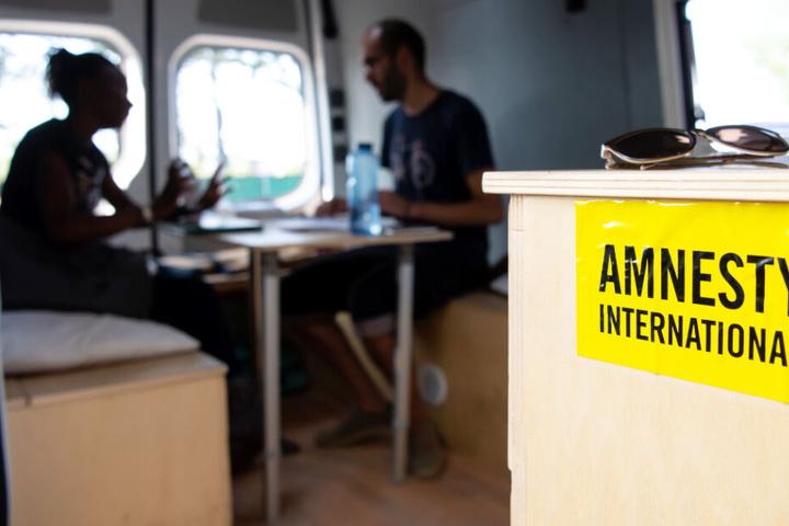 An dem Infobus, der in Bayern unterwegs ist, ist auch Amnesty International beteiligt.