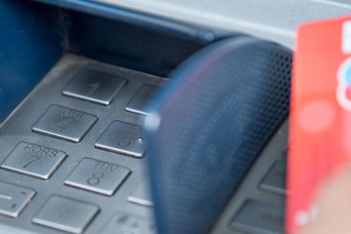 Der Streit entwickelte sich wegen eines Geldautomats. (Symbolbild)