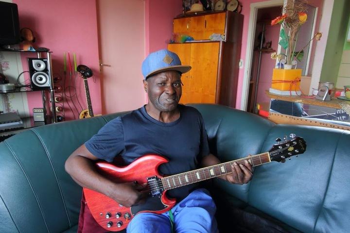 Hobbymusiker Roberto Vitorino Guianhela (52) lebt gerne in seiner liebevoll eingerichteten Wohnung.