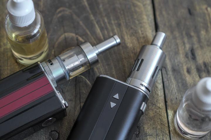 In Deutschland ist die Zusammensetzung der Wirkstoffe von E-Zigaretten strenger reguliert. (Symbolbild)