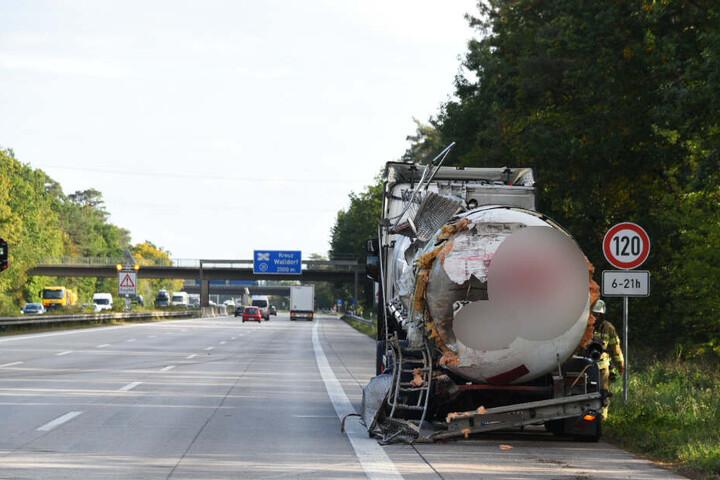 Ein Laster fuhr auf einen anderen auf.