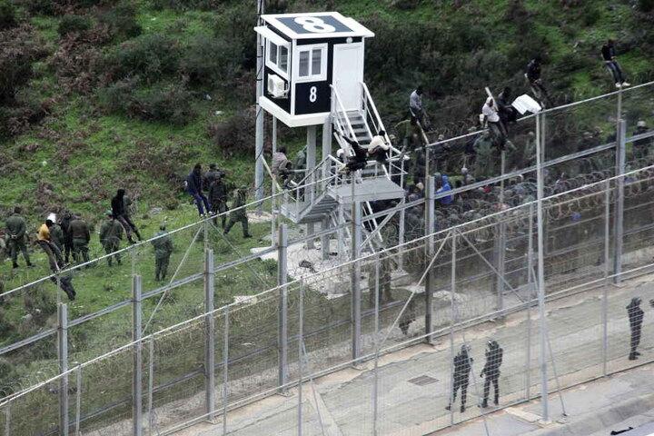 Immer wieder versuchen Flüchtlinge den Zaun zu überwinden und von Marokko nach Spanien zu gelangen.