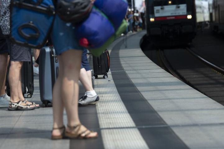 Das Mädchen hatte mit ihrer Freundin am Bahnsteig herumgealbert, bevor sie das Gleichgewicht verlor (Symbolbild).