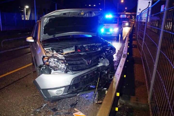 Der Dacia der Unfallverursacherin. Die 47-Jährige musste zur Blutabnahme, nachdem den Beamten Alkoholgeruch aufgefallen war.