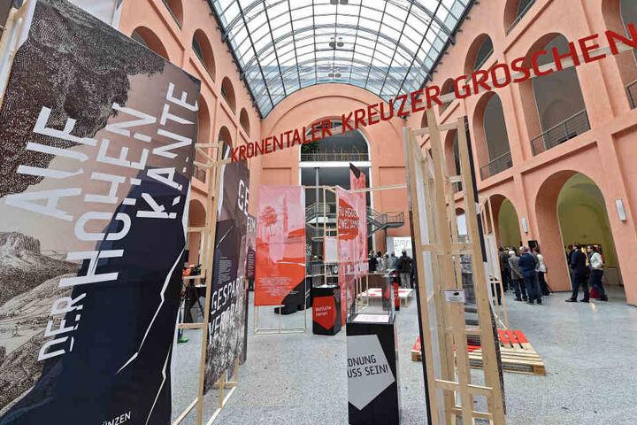 Besucher können den Schatz täglich kostenlos im Lichthof des  Finanzministeriums am Carolaplatz 1 bestaunen.