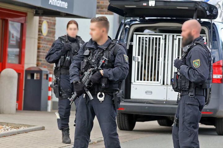Die Polizei ist schwer bewaffnet vor Ort.