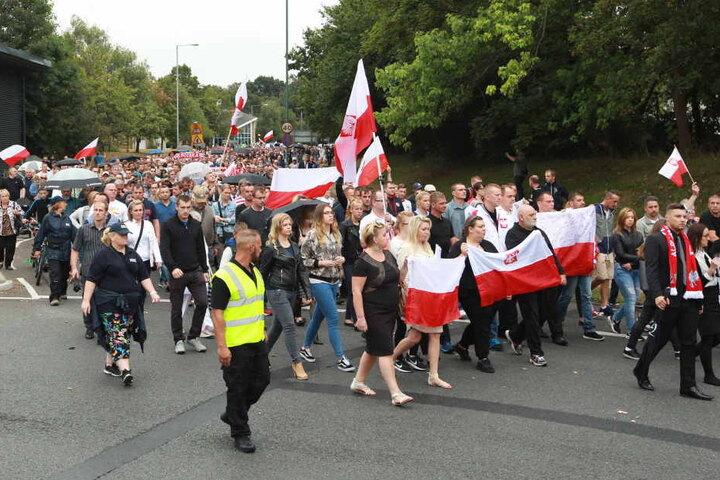 Polen und Briten ziehen beim Schweigemarsch in Gedenken an Arkadiusz Jozwik durch Harlow.
