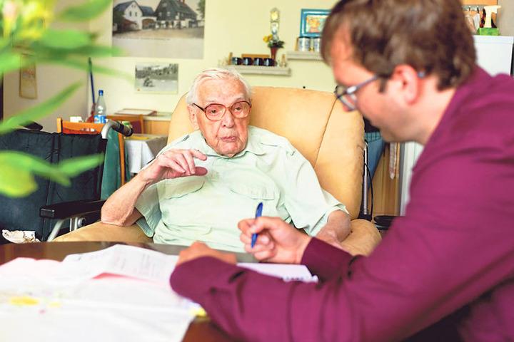 Pflege gekündigt: Richard Vogel (101) im Gespräch mit MOPO-Reporter Hermann  Tydecks (34).