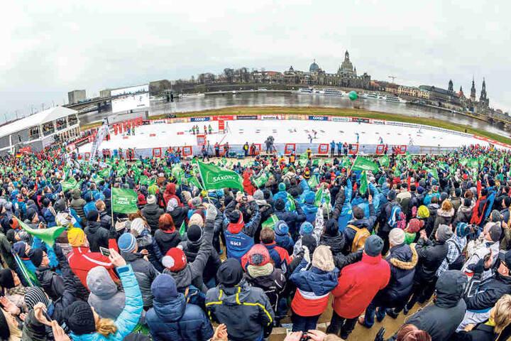 Die Tribüne am Start-Ziel-Bereich war brechend voll. Allein hier feuerten über 3000 Zuschauer die Langlaufstars an.
