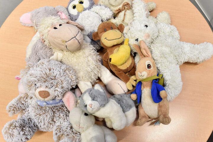 Uhu, Hase und Äffchen: Ein Dutzend Kuscheltiere warten auf die Kids, die sie verloren haben.