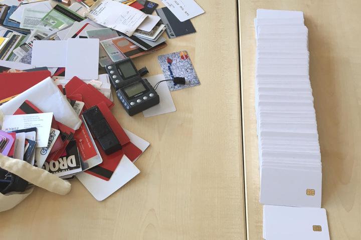 Bei den Durchsuchungen wurden Blanko-EC-Karten und weitere Beweismittel gefunden.
