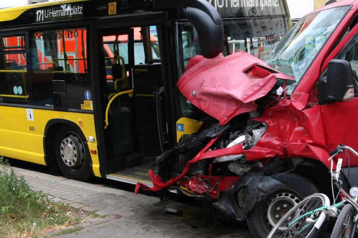 Ein Kleintransporter und ein Bus der BVG stießen gegeneinander.