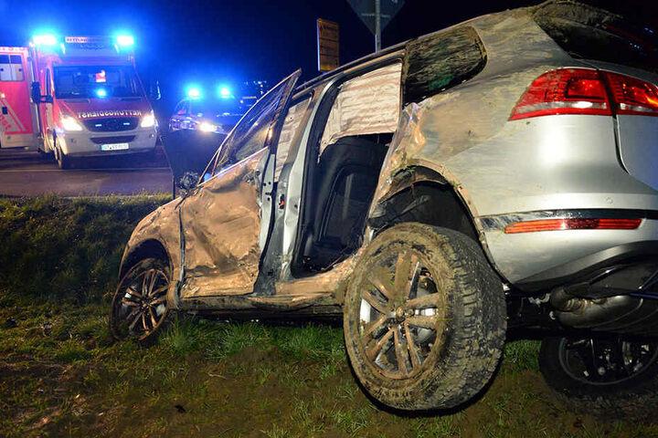 Der VW Touareg hat sich überschlagen und wurde komplett zerstört.