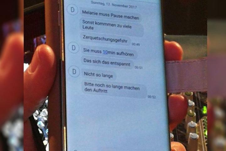 """SMS des Veranstalters: Da """"Zerquetschungsgefahr"""" bestehe, stünde der Auftritt vor dem Abbruch."""