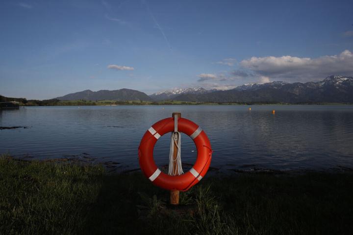Siehst Du Dich selbst eher als ungeübten Schwimmer, ist es hilfreicher, dem Ertrinkenden etwas zum Festhalten zu reichen und Hilfe zu holen.