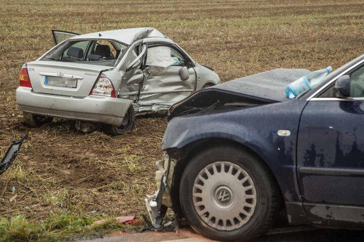 Er geriet in den Gegenverkehr und krachte gegen einen VW - beide Fahrer wurden schwer verletzt.