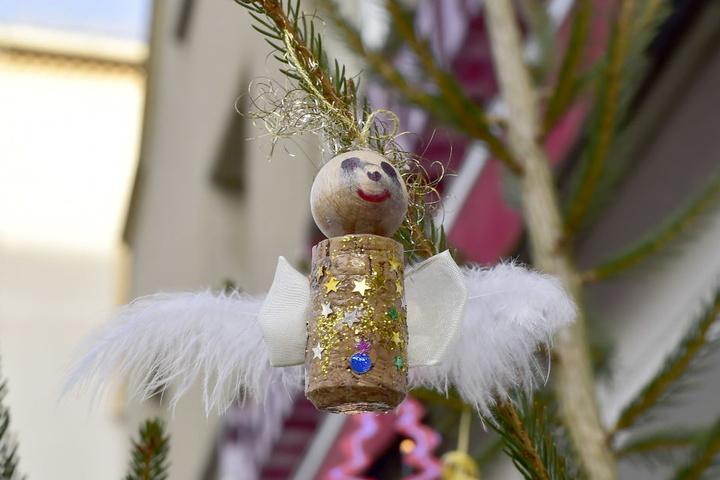Tagelang hatten die Kinder an den Engeln gebastelt, nun wurde ein Teil der Deko gestohlen.