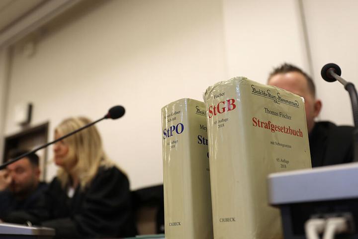 Die beiden Angeklagten (links und rechts verdeckt) am Montag in Köln.