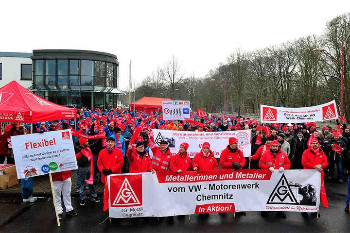Rund 500 Mitarbeiter aus drei Chemnitzer Firmen trafen sich am Mittag zum Warnstreik vor dem VW-Motorenwerk.