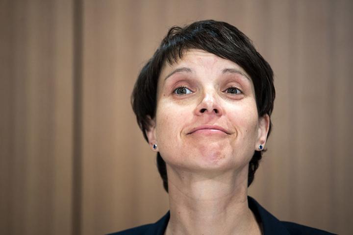 Frauke Petry (42, AfD) freut sich über vermeintliche neue Wähler.