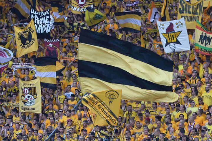 Die Fans unterstützen in der 2 Runde Dynamo gegen Arminia Bielefeld.