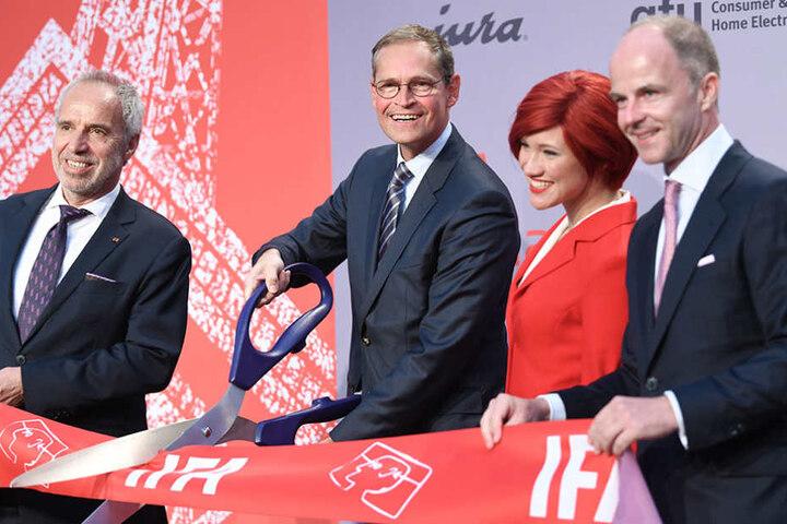 Hans-Joachim Kamp (von links nach rechts), Berlins Regierender Bürgermeister Michael Müller, Miss IFA und Christian Göke, eröffneten die IFA in Berlin.